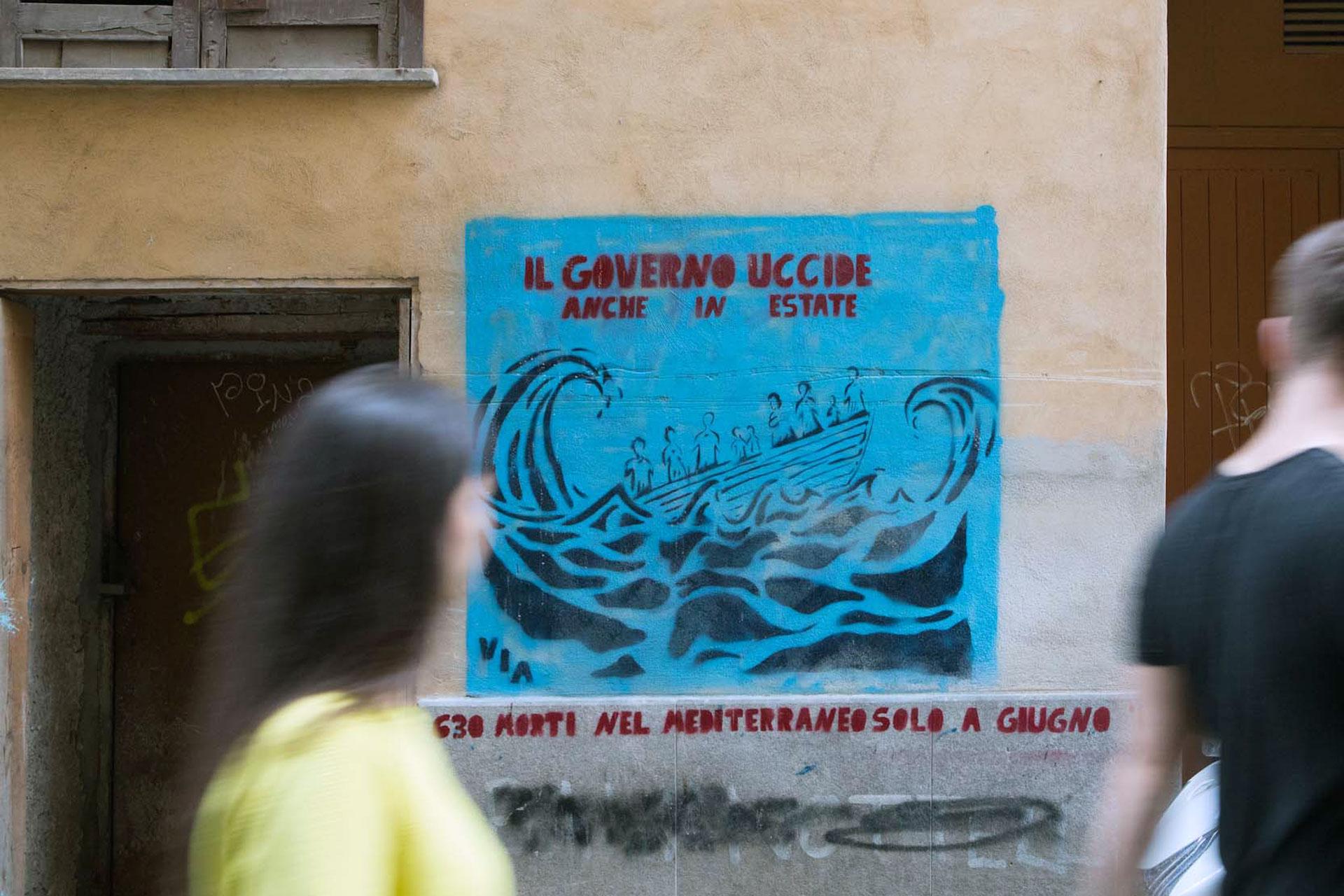 'Il Governo Uccide anche in Estate' – 'Die Regierung tötet auch im Sommer', Streetart by VIA