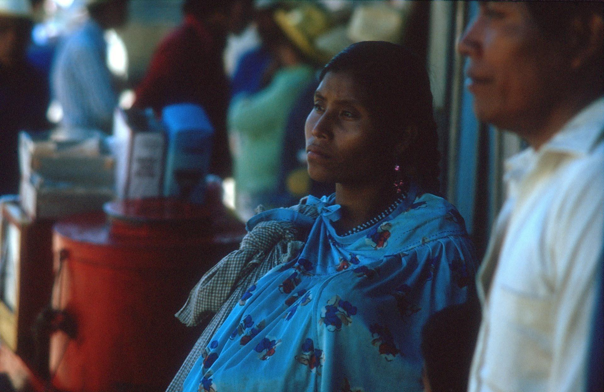 Den Sohn an der Hand und Kinder  im Tragetuch, wartet diese Maya Familie auf den Bus – The son by the hand and children in the sling, this Maya family is waiting for the bus