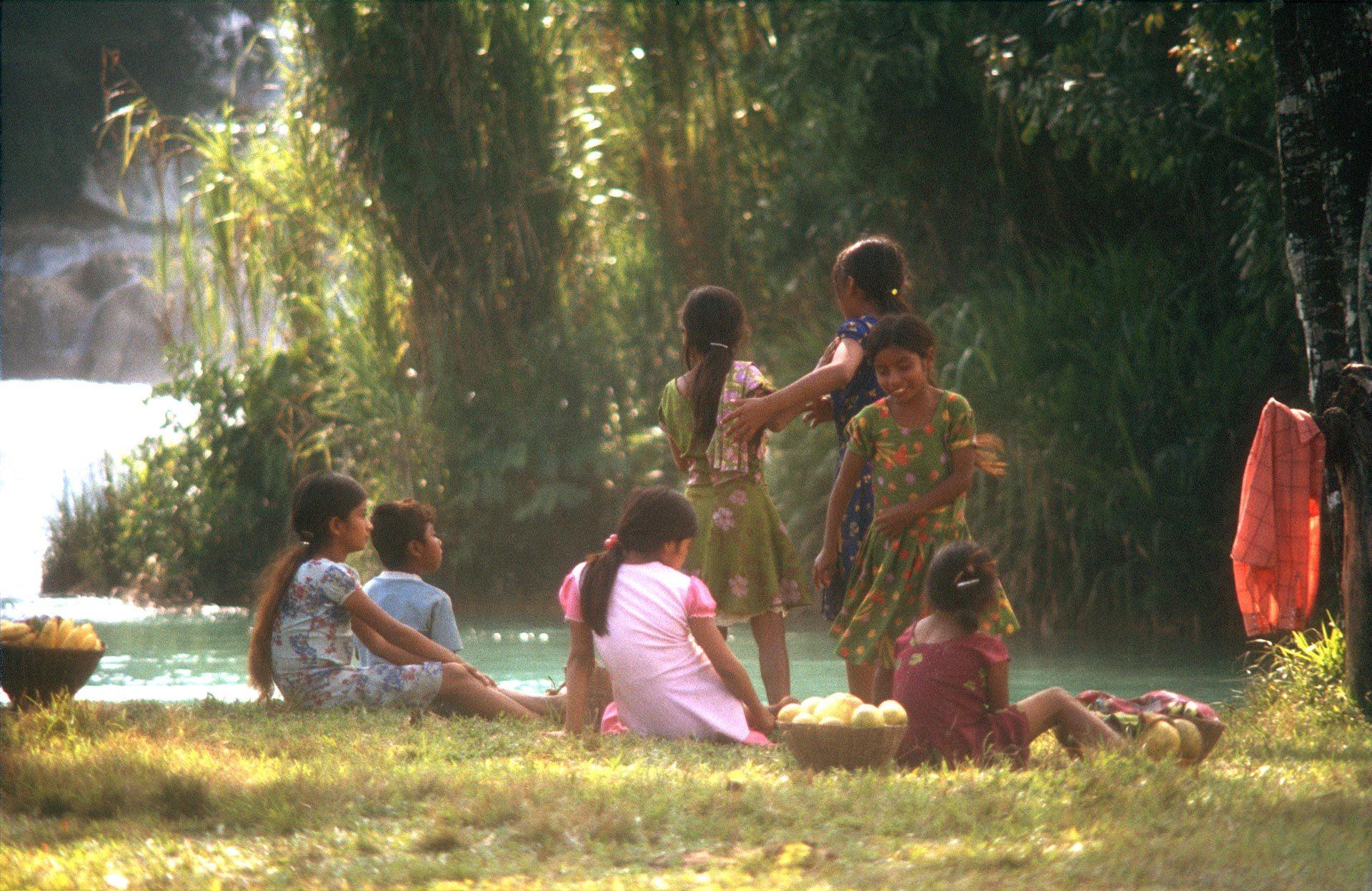 Obst verkaufende Kinder machen Pause im paradiesischen Aqua Azul. Es waren die besten Bananen, die ich jemals gegessen habe – Fruit selling children take a break in the paradisiacal Aqua Azul, best bananas ever...