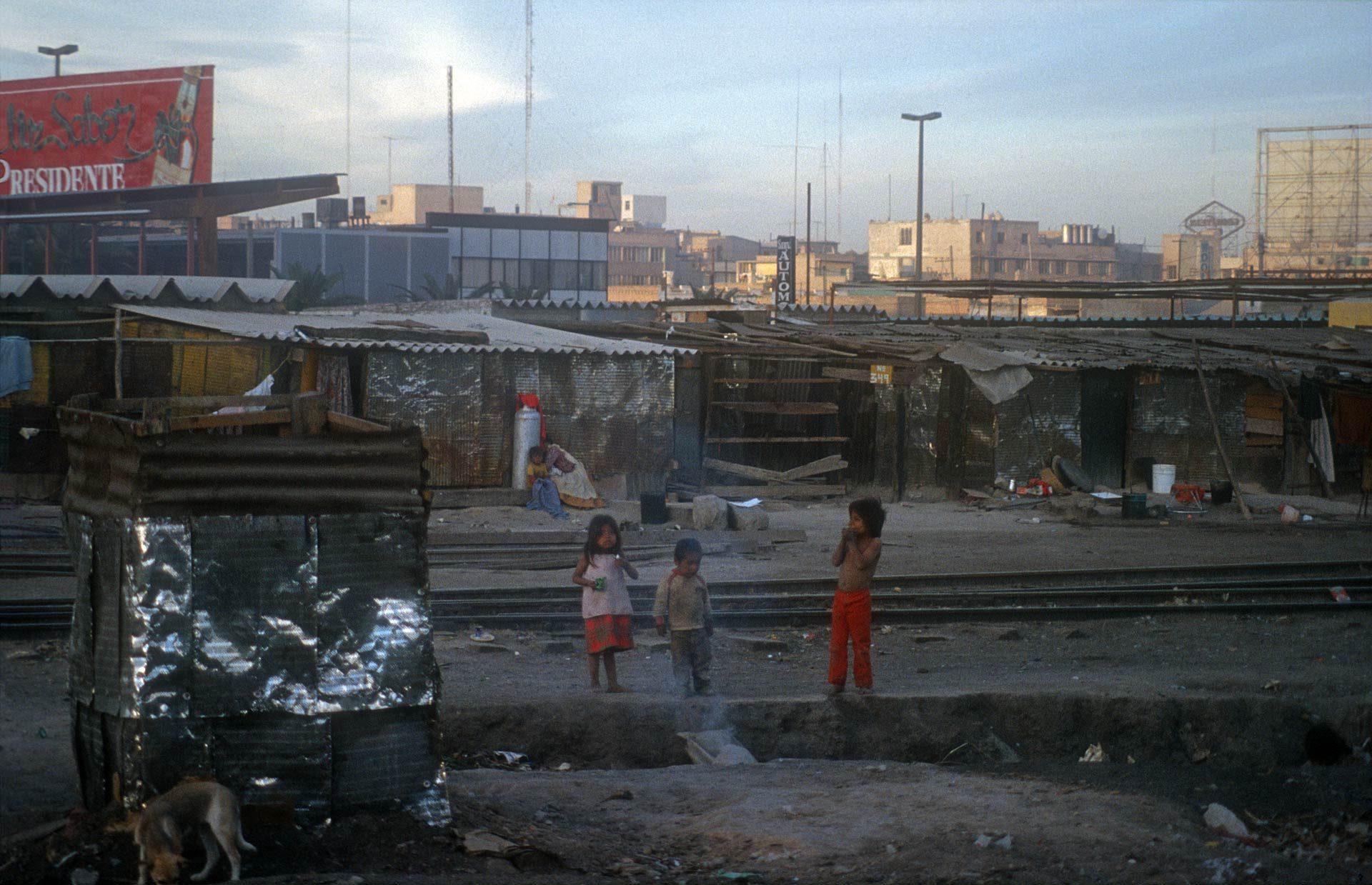 Der Zug stoppt im Slum, für die Kinder ein freudige Abwechslung – The train stops in the slum, for the children a joyful change