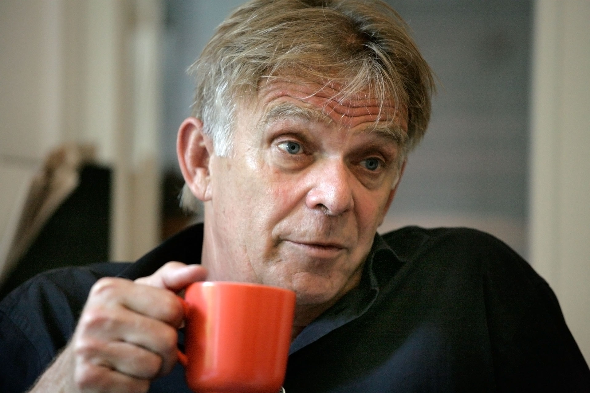 """""""Zehn Uhr früh. Der klassisch-sonnige Morgen in Freiburg... Er sieht richtig gut aus. Viel besser als bei unserem letzten Treffen. Das war vor einem Jahr bei seiner Abschiedsfeier als Trainer des SC Freiburg. Wir gehen in sein Büro. Er schaltet die Kaffeemaschine an..."""""""