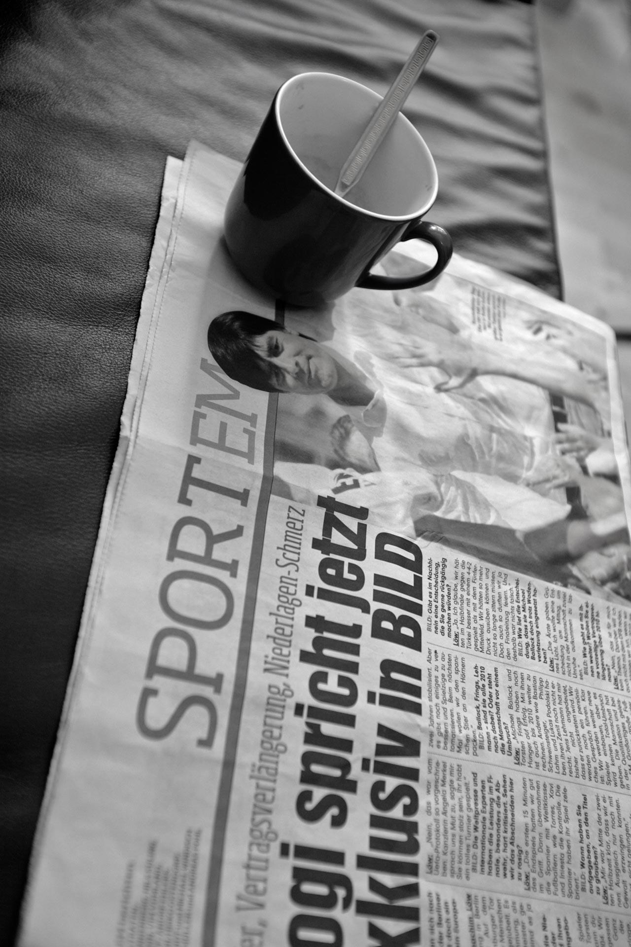 ...auf dem Sofa liegt dieSport BILD mit einem jugendlich wirkenden Joachim Löw, das war 2008… nun ging diese Ära zu Ende (2021).