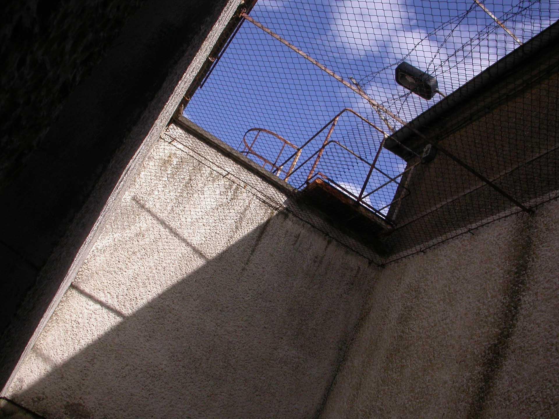 """...Frische Luft gab es maximal eine halbe Stunde am Tag - in hoch gemauerten Freizellen. Manchmal war sogar dort der Blick zum Himmel versperrt. Und selbst hier: permanente Beobachtung. Texte:  """"mdr.de/zeitreise"""