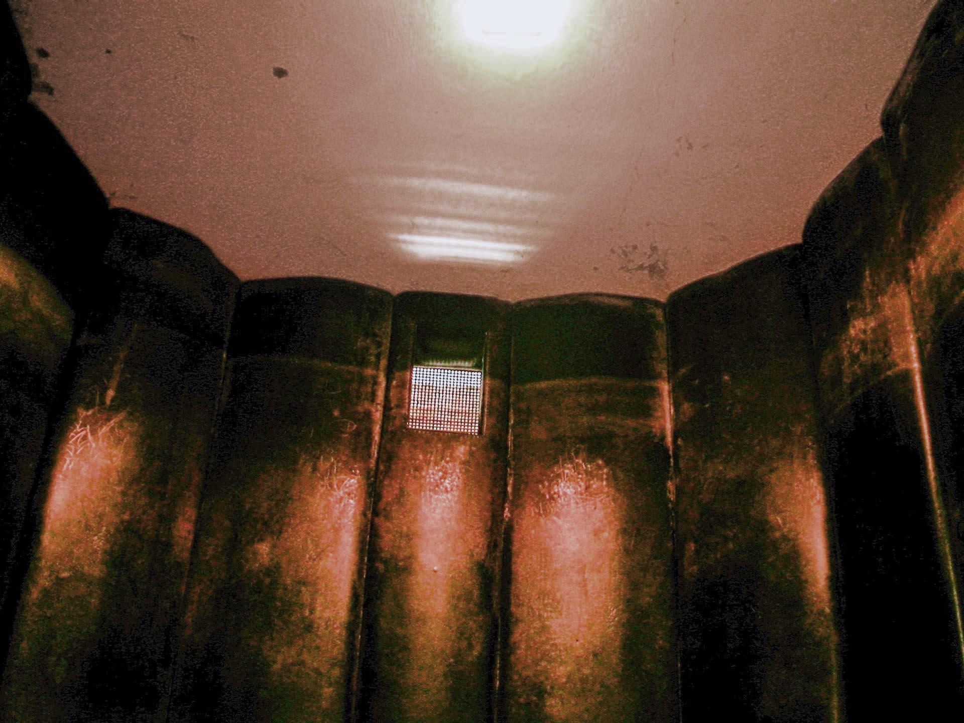 In der Gummizelle wurden die Inhaftierten oft über Tage eingesperrt. Sie wussten nie wirklich, ob es Tag oder Nacht ist, da es in dieser Zelle sehr dunkel war.